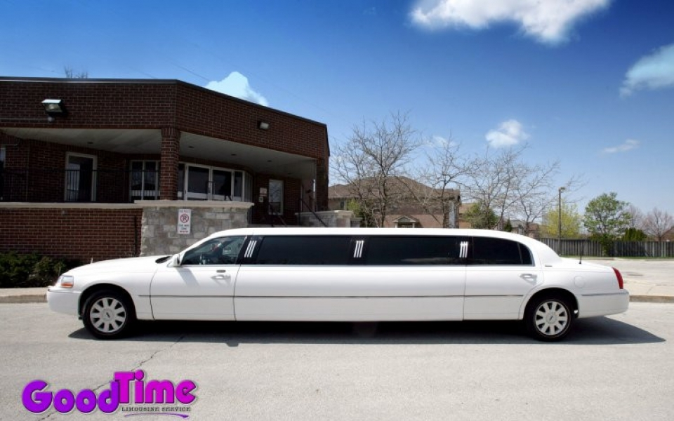 lincoln town car stretch limo ext 1 1 960x600 c TORONTO LIMO RENTAL FLEET